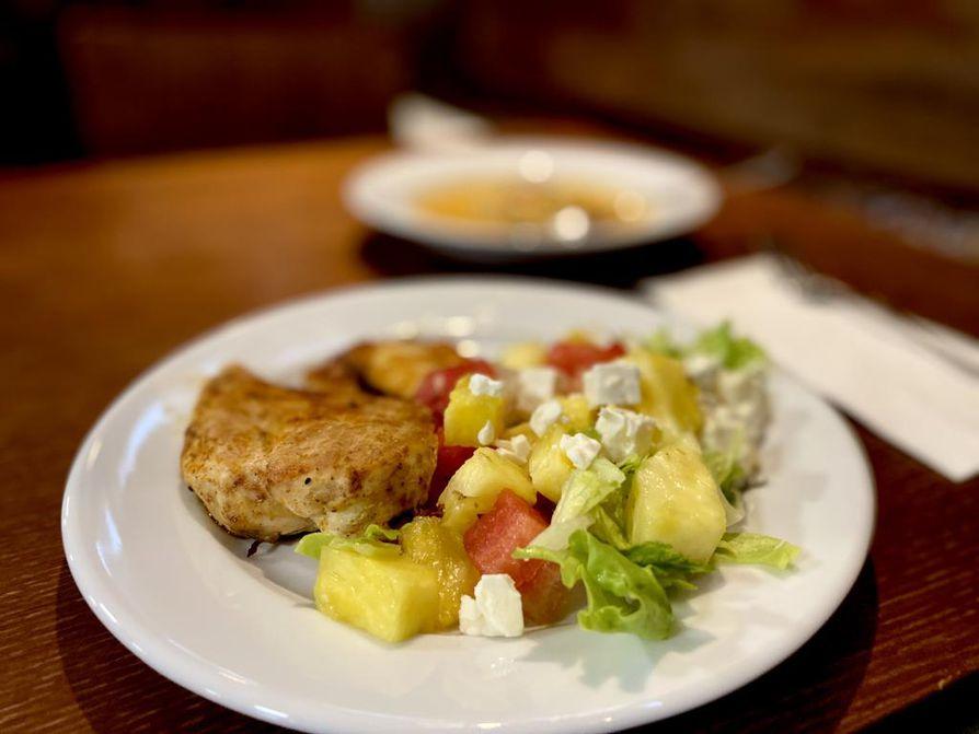 Isolle lounaslautaselle valikoituu kananrintaa, paistettua halloumijuustoa ja salaattipöydän antimia.