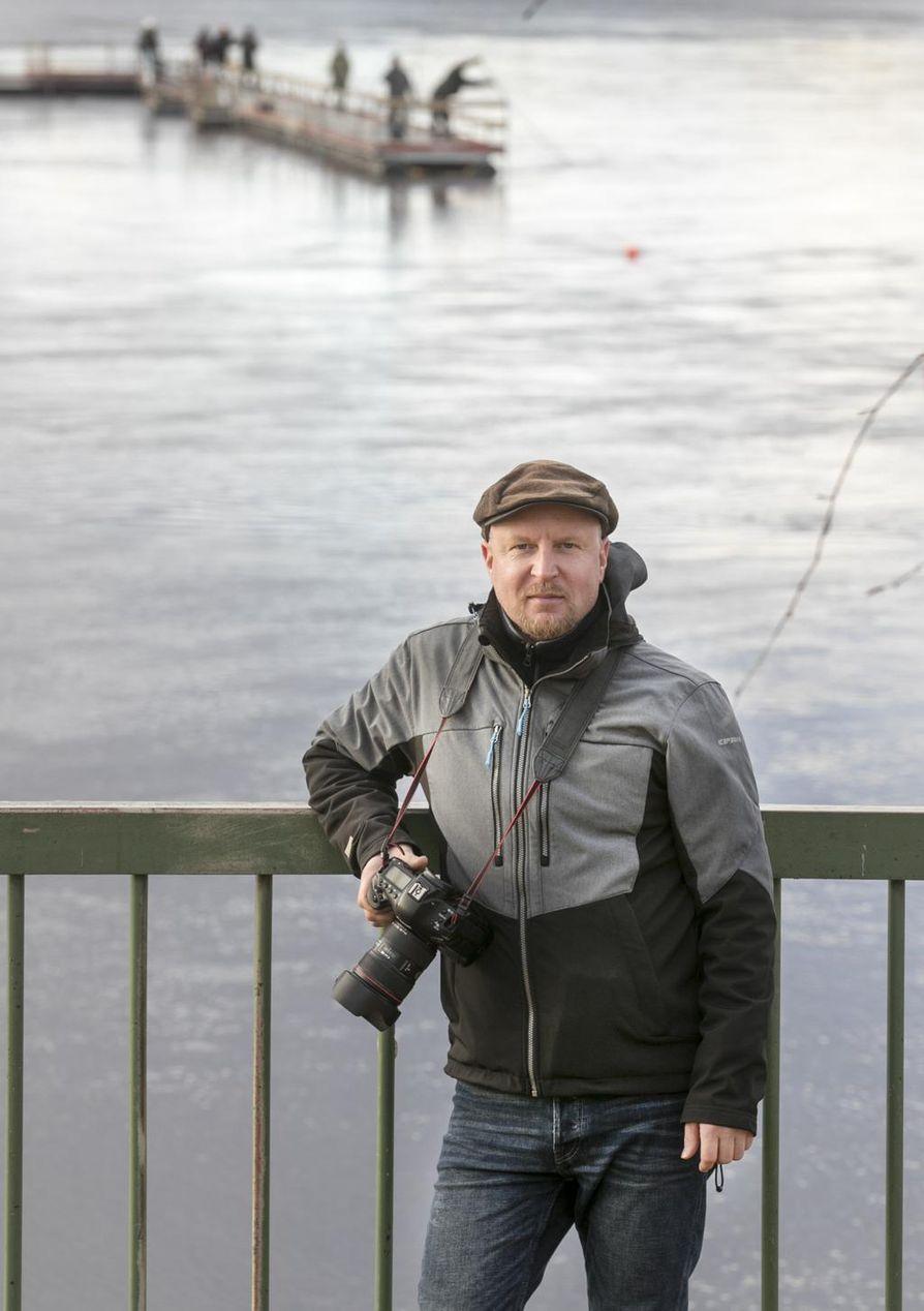 Christian Kärki on huomannut, että parhaat kuvat syntyvät usein muun tekemisen ohessa, hyvänä hetkenä.   Maisemakuvansa Tuiran Toivoniemestä hän otti kännykkäkameralla. Kuvassa mukana on lainakamera, sillä Kärki on hankkimassa parhaillaan uutta kameraa ja vanha on jo myyty.