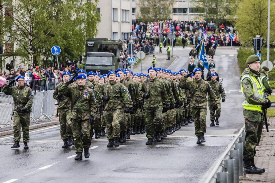 Paraatijoukot kulkivat Rovaniemen keskustasta Jätkänkynttilän sillalle.