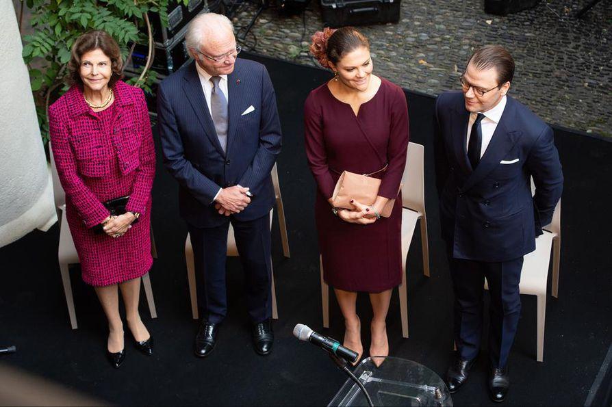 Ruotsin hovissa eletään tätä nykyä seesteistä aikaa. Kuningatar Silvia (vas.) ja kuningas Kaarle Kustaa edustavat usein rinnallaan kruununprinsessa Victoria ja prinssi Daniel. Tässä he kävivät Bernadotte-museossa Ranskassa syksyllä 2018.