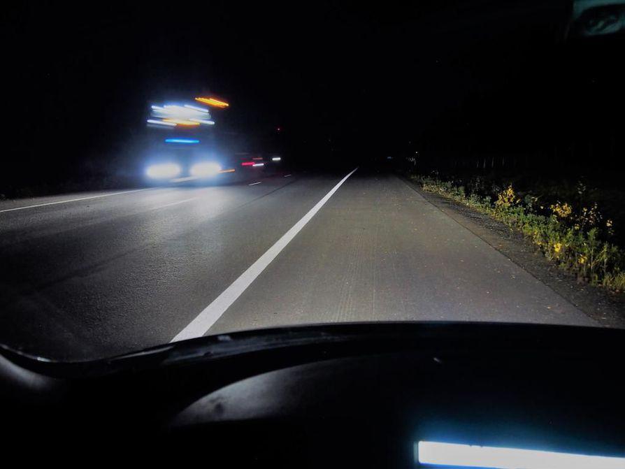 Vaihda lyhyille vasta, kun vastaantulija osuu kaukovalojesi kiilaan. Näin lähestyvien autojen väliin ei jää pimeää katvealuetta. Turvallisuussyistä oheinen kohtaaminen on kuvattu pientareella seisovasta autosta.