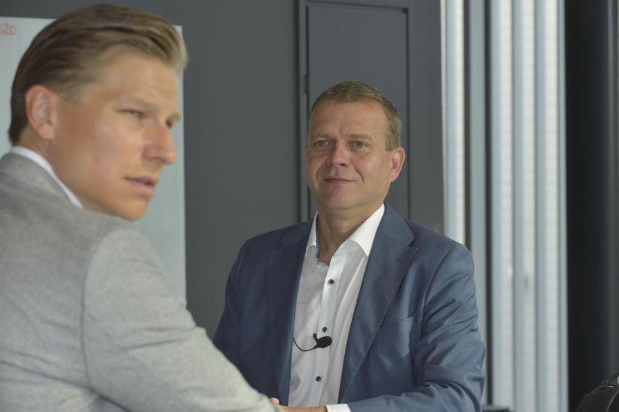 Kokoomuksen puheenjohtaja Petteri Orpo ja varapuheenjohtaja Antti Häkkänen vaihtoivat kuulumisia Turun kokouksessa.