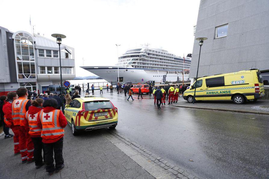 Viking Sky saapui satamaan sunnuntaina. Myrskyssä ajelehtinut alus oli vaarassa ajautua karille.