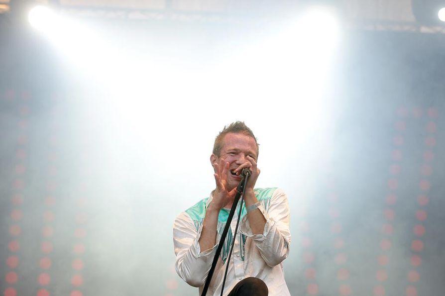Olavi Uusivirta yhtyeineen laittaa itsensä likoon yleisön edessä. Kuusi show'ta yhdelle viikolle on aika hurja määrä, myöntää laulaja. Kuva Qstockista 2015.