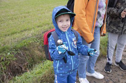Koululaisten turvaksi Rantsilan susihavaintoalueella susikellot –kouluautoa odotellessa helisytetään kelloa
