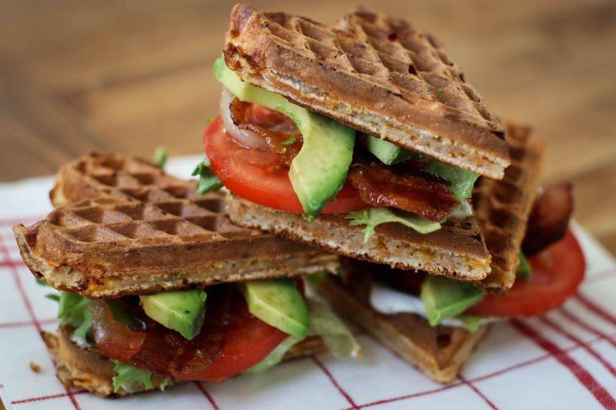 Täytä vohvelisydämet leivän tapaan. Klassinen leipätäyte BLT  – eli pekoni, salaatti ja tomaatti – saa lisävahvistusta avokadosta.