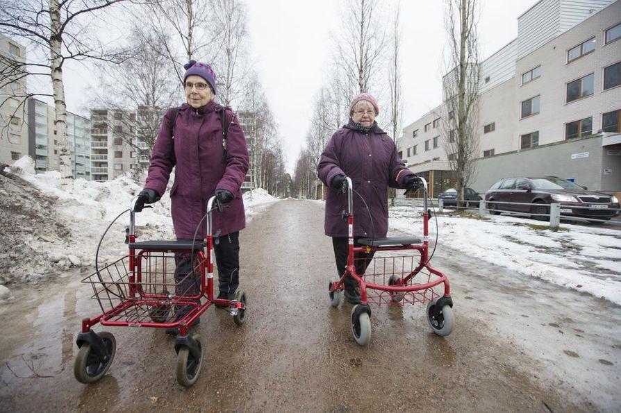 Maija Takalo (vas.) ja Laura Pelkonen kävivät tiistaina jumppaamassa Tuiran senioritoiminnassa