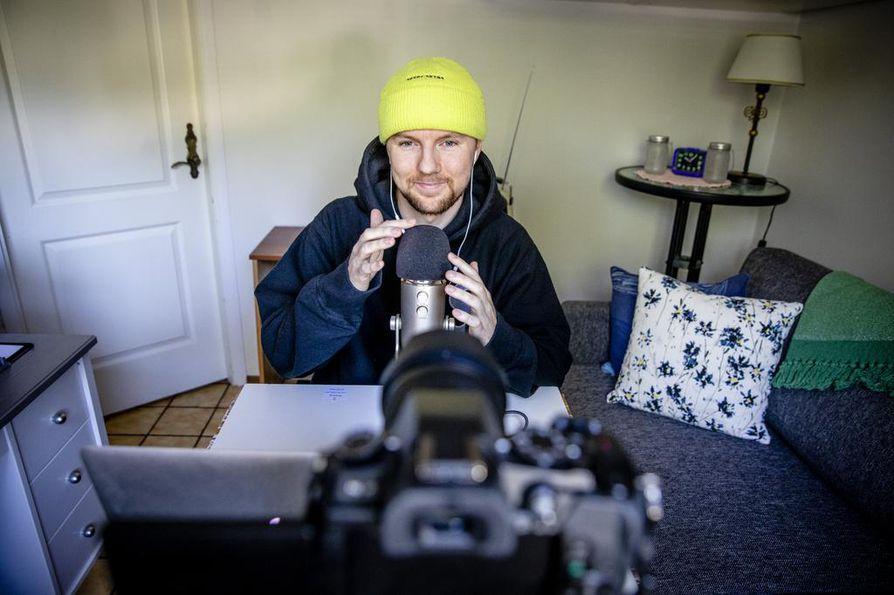 """Yksinkertaisimmillaan ASMR-videon tekeminen vaatii kännykän. Tavallisin """"set-up"""" on Patrikaisen mukaan erillinen mikrofoni, järjestelmäkamera, tietokone ja nauhoitusohjelma."""
