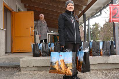 Kouluruokailu järjestetään poikkeusoloissa kirjavasti – Yksi kunta postitti ostosetelit, joilla ei kuitenkaan saa ostaa tiettyjä tuotteita