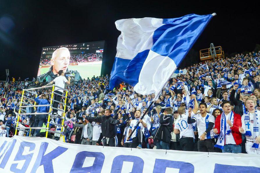 Suomen fanit tuulettivat villisti ennen ottelun alkua Tampereella Ratinan stadionilla.