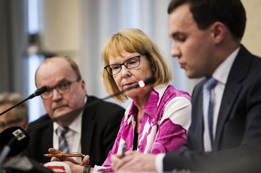 Annika Lapintie (vas.) johti perustuslakivaliokunnan sote-uurastusta. Hänen vasemmalla puolellaan istuva Tapani Tölli (kesk.) on valiokunnan varapuheenjohtaja ja Wille Rydman (kok.) jäsen.