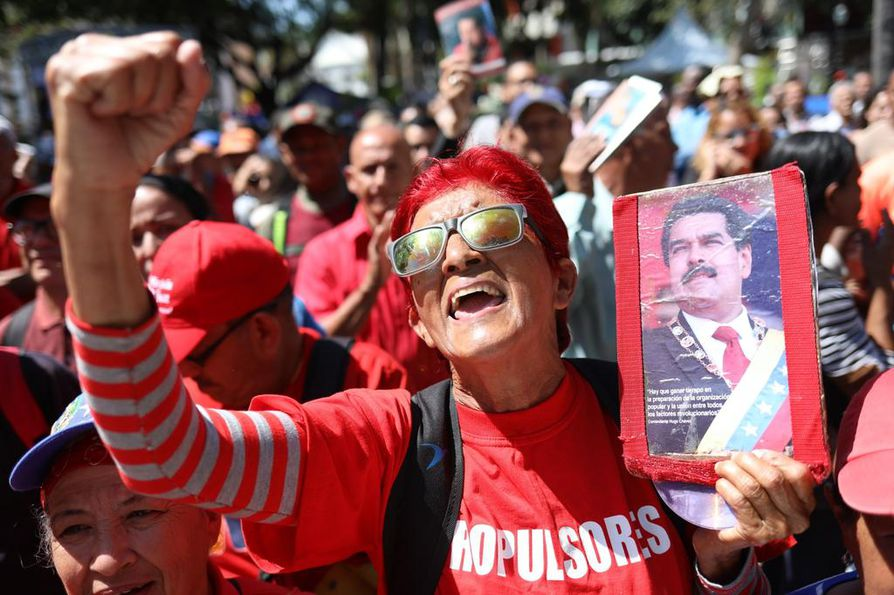 Venezuelalainen nainen julisti tukeaan presidentti Nicolás Madurolle maanantain joukkokokouksessa Caracasissa.