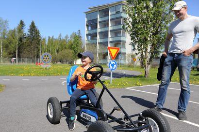 Liikennepuisto avattiin, mutta polkuautoilijat välttyivät ruuhkilta  – Katso aurinkoiset kuvat