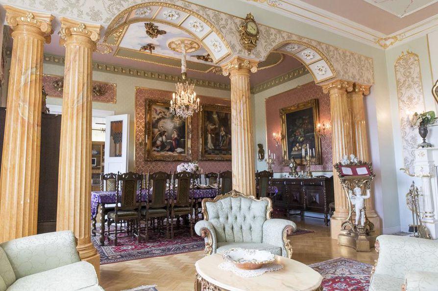 Versailles'n linnasta Ellala on ottanut idean keskisalin arkadeihin eli holviin.
