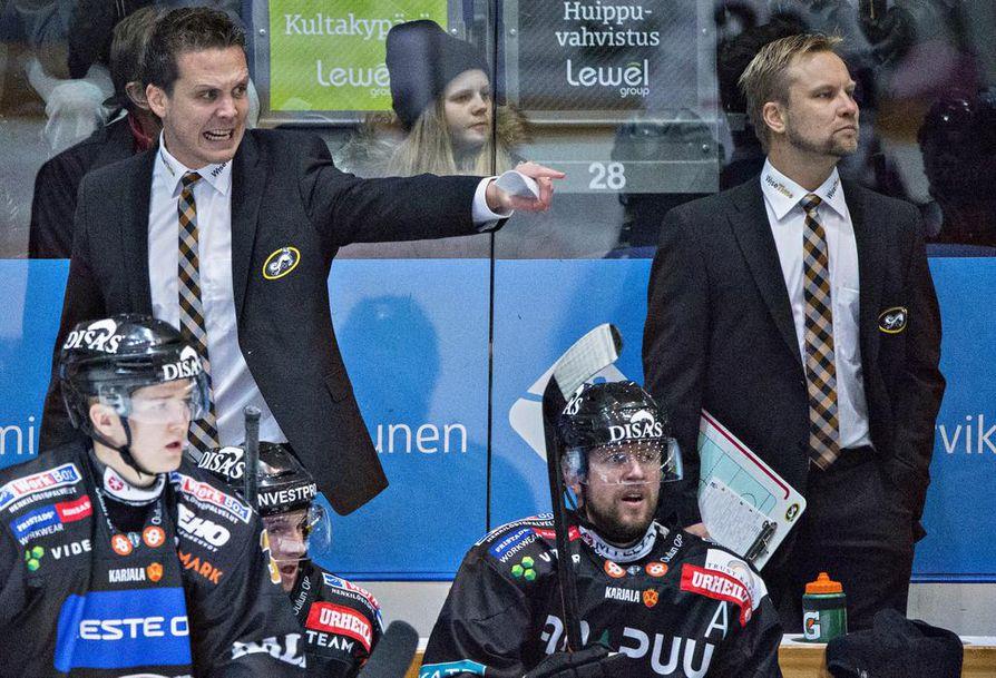 Lauri Marjamäki ja Mikko Manner valmensivat kaksikkona Kärpissä. Nyt he ovat Leijonien penkin takana. Manner jatkaa edelleen myös Kärpissä ja nyt päävalmentajan roolissa.