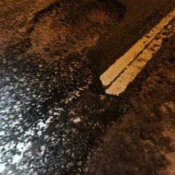 Monttu rikkoi autoja Nelostiellä Keminmaassa – Silminnäkijä: Yhdeksän autoa vaurioitunut osuttuaan monttuun