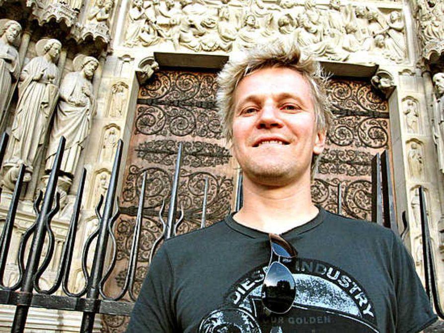 """Pekka Rautio sanoo saaneensa Raahesta hyvät eväät muusikon uralleen. """"Aina oli treenikämppiä ja jonkinlaista ohjaustakin saatavilla"""", Suomen Euroviisuihin valmistautuvan Boys Of The Bandin kitaristi kiittelee."""