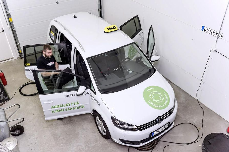 Kaasuauto on valmis ratkaisu käyttöön, kun halutaan puhtaampaa autoilua. Kuvan kaasuauto oli autokauppias Deniz Söderströmin huomassa Turun satamassa.