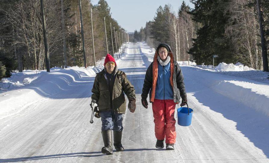 Viitisen vuotta Tyrävaaralla asuneet Arvi Nyman ja Irja Lastumäki kehuvat kotikyläänsä yhteisölliseksi ja idylliseksi.