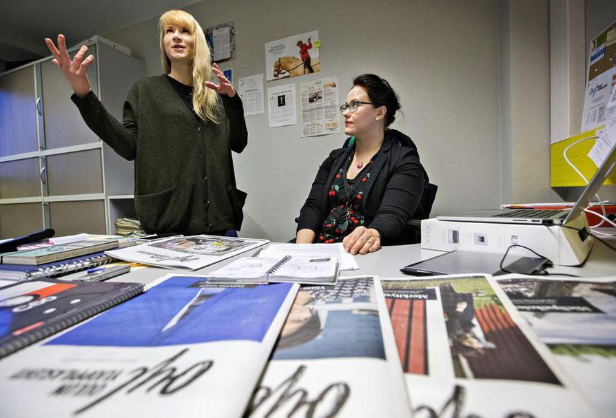 Oulun ylioppilaslehden uusi päätoimittaja Anni Hyypiö (oik.) ja väistyvä päätoimittaja Minna Koivunen (vas.). Arkistokuva marraskuulta 2015.