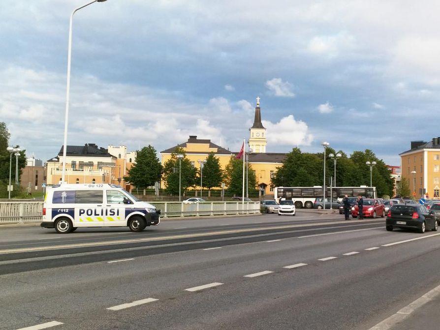 Poliisi sulki sillat liikenteeltä ja keskustassa päin liikenne alkoi puuroutua.