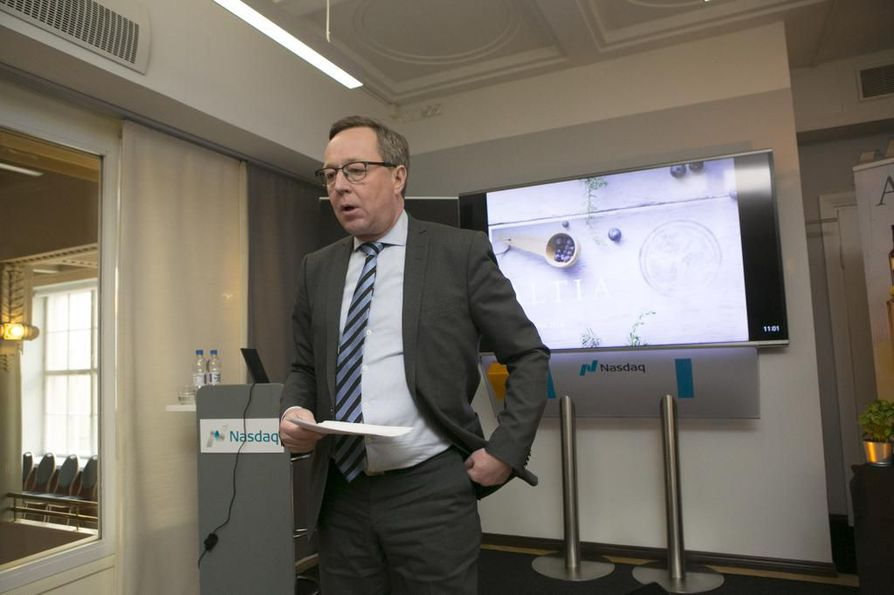 Elinkeinoministeri Mika Lintilä (kesk.) pohtii keinoja ruokaviennin lisäämiseksi.