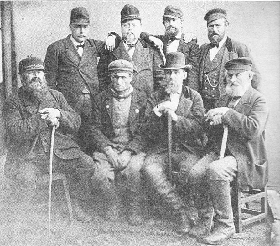 Oululaisia kauppiaita Iin markkinoilla 1880-luvun alussa.  Kuvassa vas. seisomassa  K. Kivijärvi,  J.G. Snellman, G.F. Granberg ja sahanhoitaja K. Molin.   Istumassa F.J. Franzen, talokas S. Naamanka, G.W. Hägg ja J.H. Snellman.