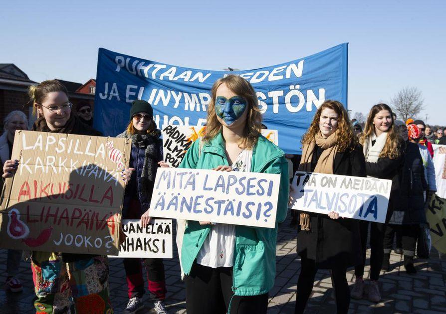 Ilmastonmuutos huolestuttaa enenevässä määrin nuoria eri puolilla maailmaa. Oulussakin on marsittu useamman kerran ilmastonmuutosta hillitsevien toimien puolesta, kuten viime huhtikuussa Korvaamaton-kampanjan yhteydessä.  Madridissa alkaneeseen YK:n ilmastokokoukseen on ladattu suuria odotuksia, varsinkin kun YK:n pääsihteerin syyskuussa New Yorkissa pitämässä ilmastohuippukokouksessa monet maat antoivat aiempaa tiukempia päästövähennyssitoumuksia. Madridissa tarkastellaan, miten sitoumuksissa on edetty.