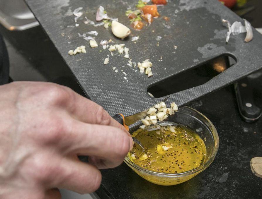 Salaatinkastike tarjoillaan erillisessä kulhossa.