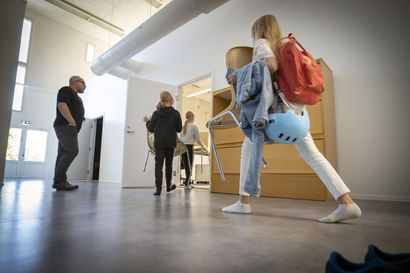 Väliaikainen viipalekoulu vuoden päästä Kiimingin Alakylään – Tänä talvena opiskellaan liikuntasaliin tehdyissä luokissa