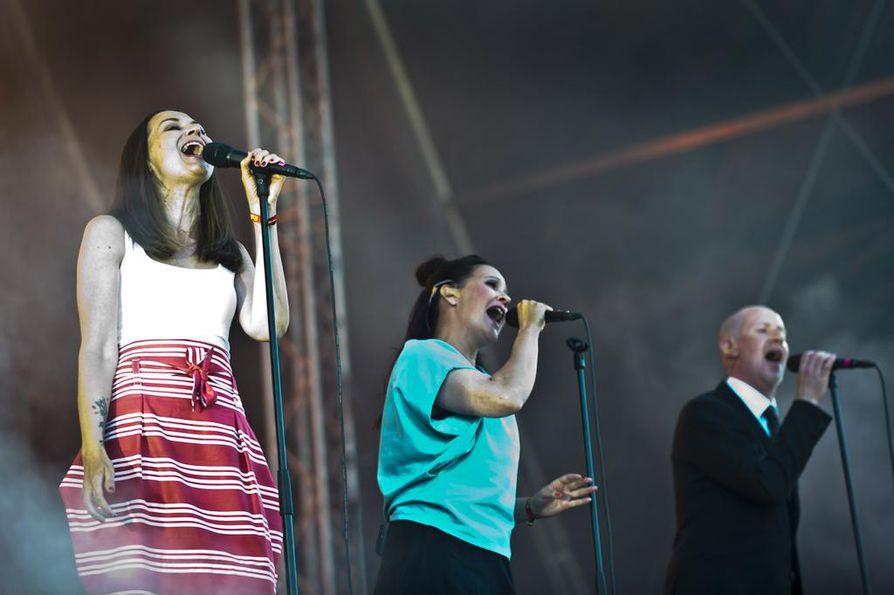 Vuokko Hovatta (kesk.) esiintyi Ultra Bra -yhtyeen paluukonserteissa Terhi Kokkosen (vas.) ja Arto Talmeen kanssa vuonna 2017.