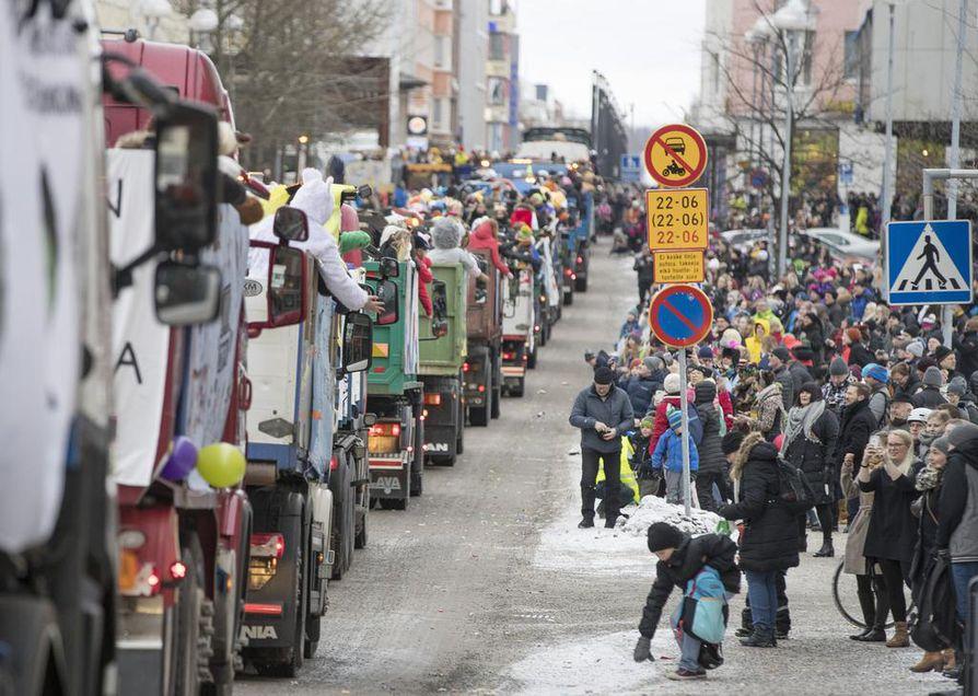Abiturientit ajelevat Oulun keskustaan ensi torstaina.