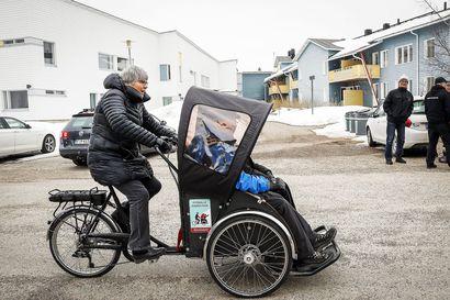 Lähtisitkö riksapyörän kuljettajaksi tai lukumummiksi? – Rovaniemen Neuvokas kouluttaa elokuussa uusia vapaaehtoisia
