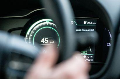 """Sähköauto tuo uusia haasteita pelastajille – akut ja turvalaitteet kytketään eri tavalla merkistä riippuen: """"Yhdenmukaisuudesta olisi apua"""""""