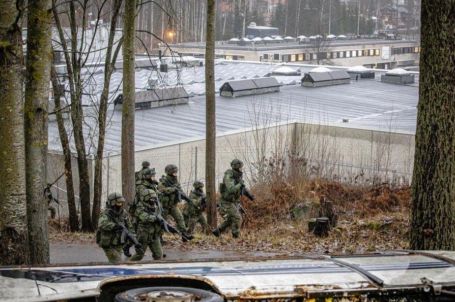 Partio lähestyy kohdetta. Kuva on puolustusvoimien meneillään olevasta pääsotaharjoituksesta Kaakko 19:stä.