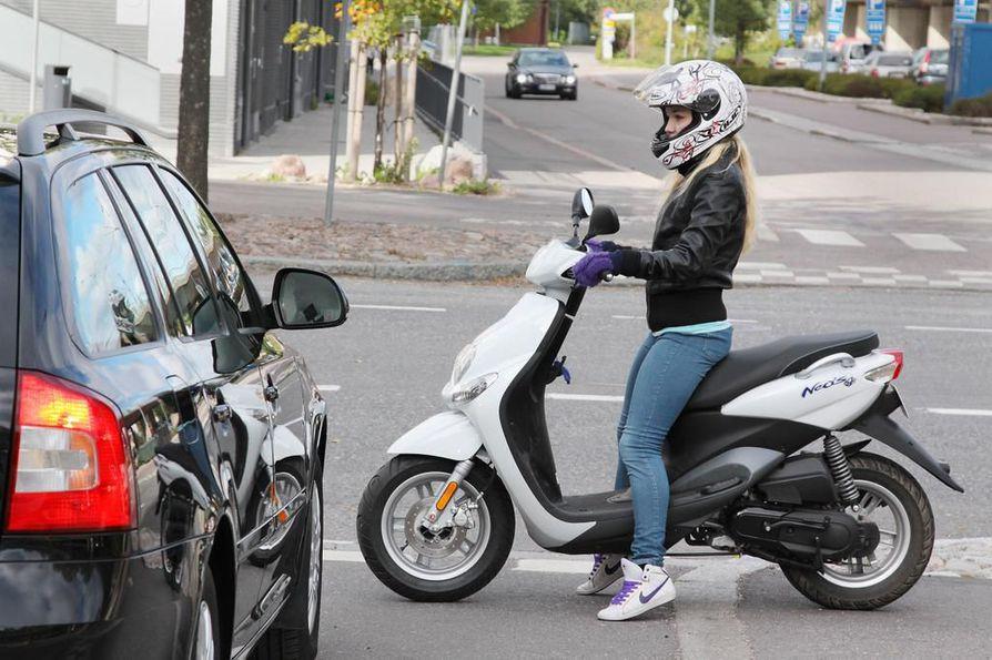 Mopolla voi pian päästä liikenteeseen neljän tunnin teoriaopetuksen ja suppean käsittelykokeen jälkeen, ilman varsinaista ajo-opetusta.