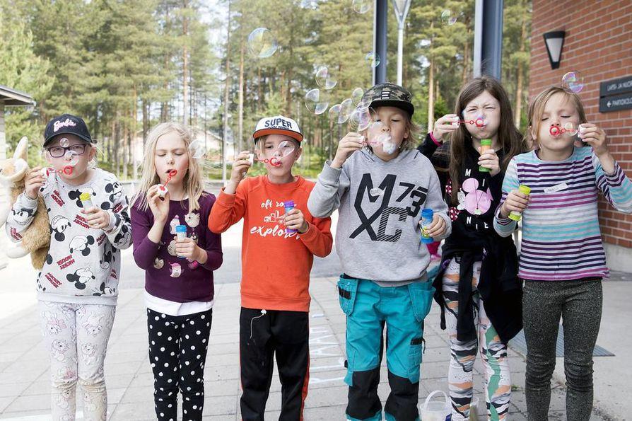 Saippuakuplia puhaltavat Elviira Mustonen (vas:), Amanda Koivupuro, Jere Keränen, Olli Sakko, Valma Kananen ja Roosa Karhumaa