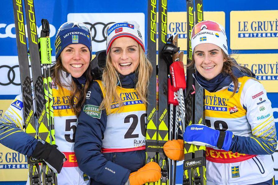 Kakkoseksi tuli Ruotsin Charlotte Kalla (vas.), voiton vei Norjan Therese Johaug ja kolmanneksi tuli Ruotsin Ebba Andersson (oik.).