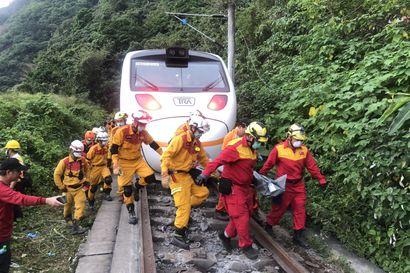 Löysälle jääneen käsijarrun epäillään aiheuttaneen ainakin 50 ihmisen kuolemaan johtaneen junaturman Taiwanissa