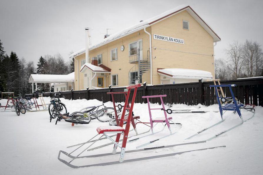 Tirinkylän koulu Kiimingissä on lakkautusuhan alla.