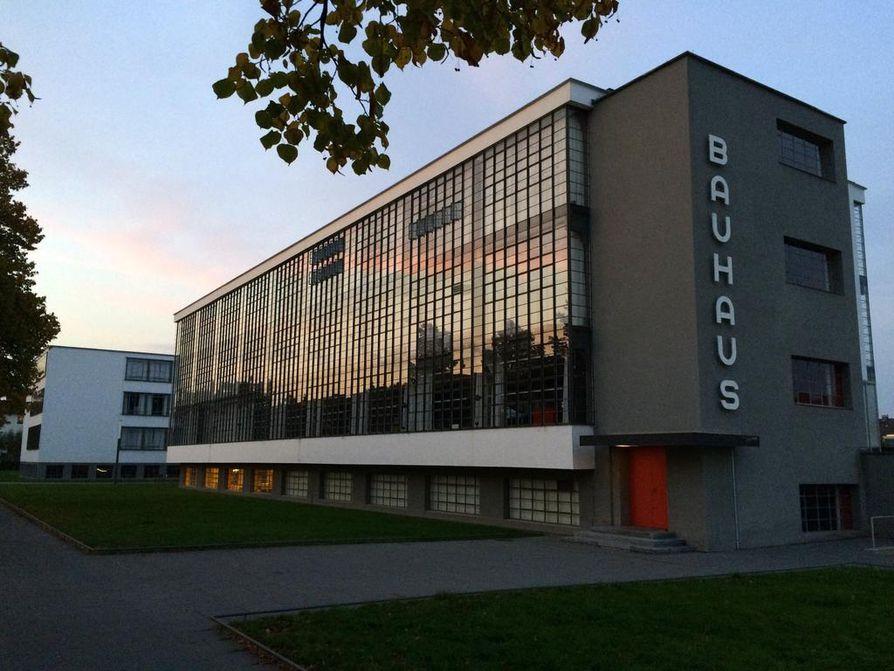 Auringonlasku heijastuu Dessaun Bauhaus-koulun suuresta ikkunaseinästä, jonka takana on luokkahuoneita. Päädyn kirjaimet ovat koulun omaa tyyliä.