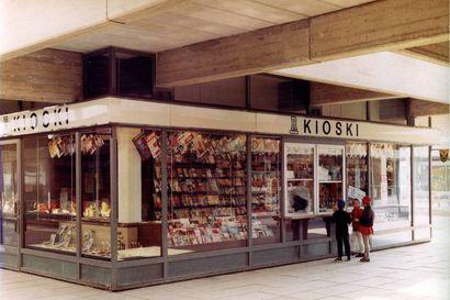 Suomen historiaa voi peilata R-kioskin ikkunaa vasten – vieläkö muistat 1980-luvun videobuumin, Sleepy Sleepersin keskikaljakampanjan tai 1990-luvun autoverotarrat?