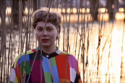 """""""Joskus kaipaan Keminmaan luontoa"""" - laulaja-lauluntekijä Miia Junes julkaisi debyyttisinglensä."""
