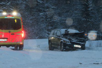 Neljä loukkaantui kolarissa Oulaisissa – pelastuslaitos avusti kaksi kuljettajaa pois autoista