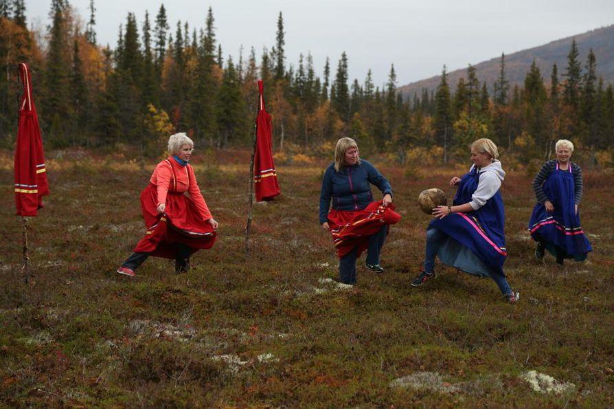 Lovozeron maalaiskunnassa lähellä Murmanskia on perinne, että saamelaisnaiset pelaavat jalkapalloa suolla.