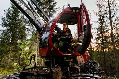Jere Olin tekee työtä, joka vähenee Suomessa jälleen tänä vuonna, mutta voiko ilmiö pelastaa tärkeiden hiilinielujen kasvun? – Ei voi, vastaa Metsäkeskus