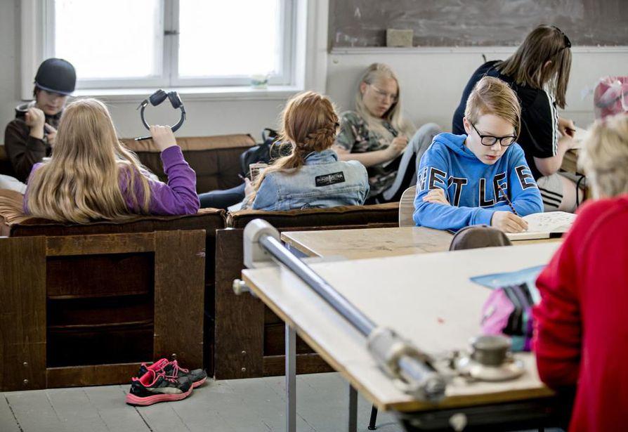 Limingan taidekoulun lasten ja nuorten kuvataidepajassa tutustutaan eri välineisiin ja tekotapoihin. Tiistaina opeteltiin sarjakuvan tekoa.