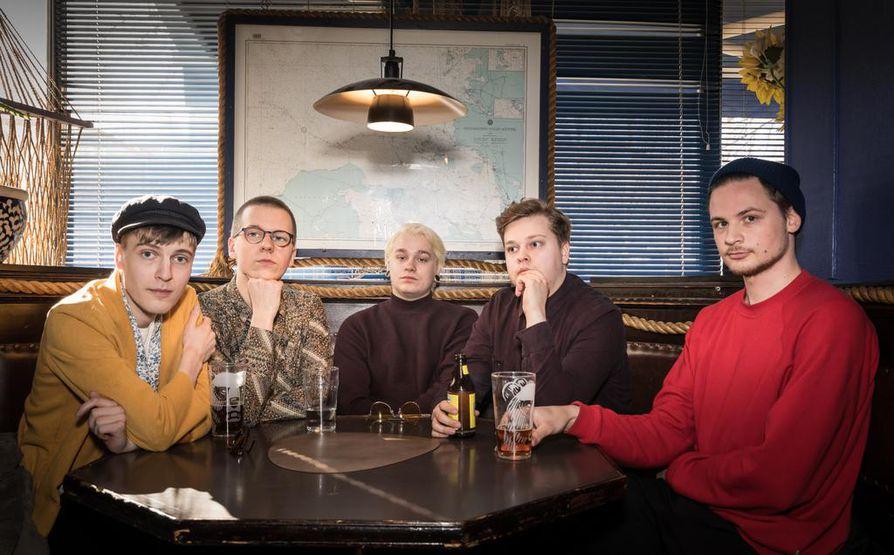 Superbeatin jäsenet Joonas Talvila (vas), Aleksi Jokilahti, Antti Orajärvi, Juho Mäki ja Matti Pennanen valmistautuvat ensimmäisen levynsä julkistuskeikalle.