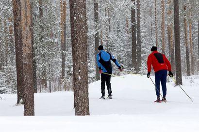 """Raahelaiset viihtyvät hiihtoladuilla, vaikka latujen kunto kerääkin kritiikkiä: """"Kaikki paitsi hiihto on turhaa"""""""