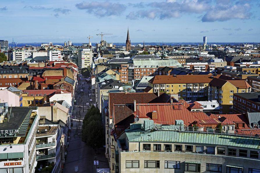 Malmön kattojen yllä. Hotellihuoneen ikkunasta näkyi Tanskaan saakka.